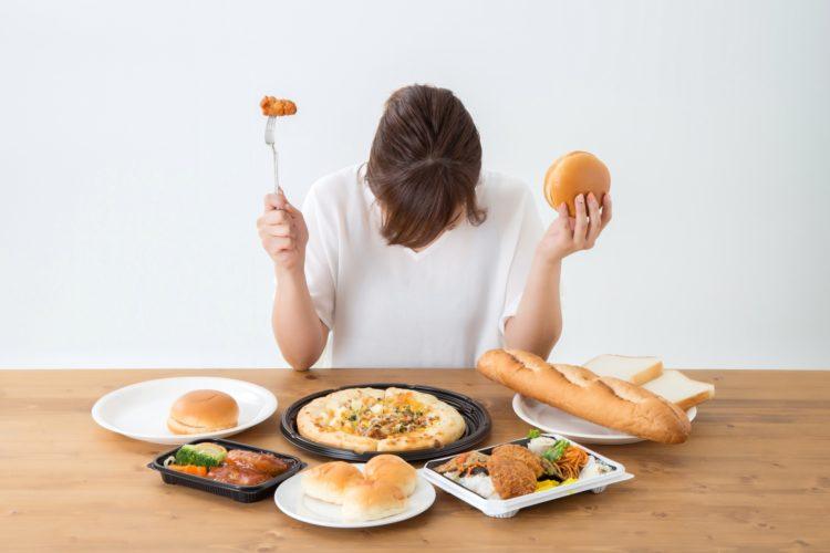 体重を気にしながら食事を摂る女性