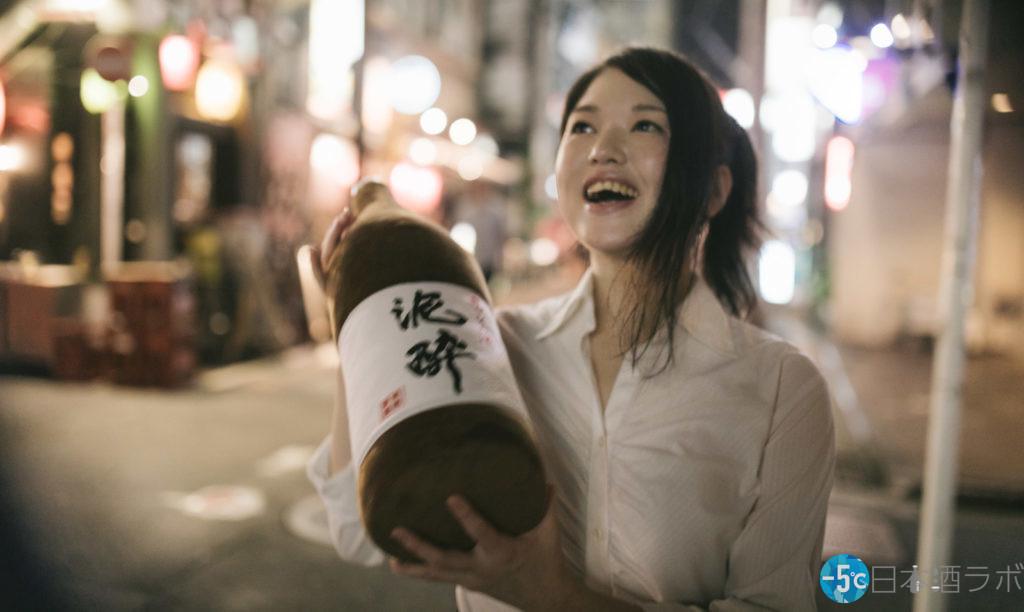 泥酔ラベル日本酒の枕を抱える女性