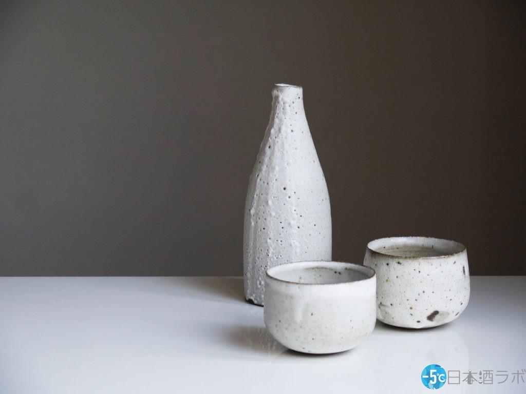 白い徳利とおちょこの格式のある日本酒