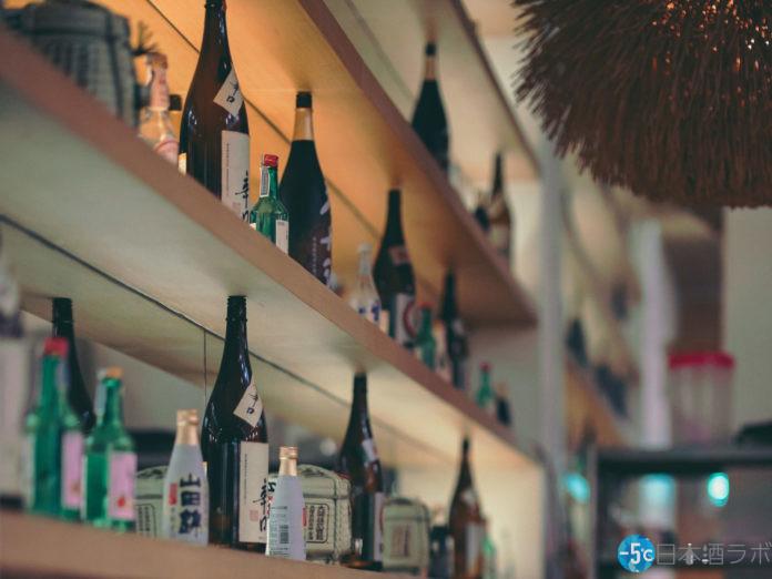 棚に並んだ色んな種類の日本酒