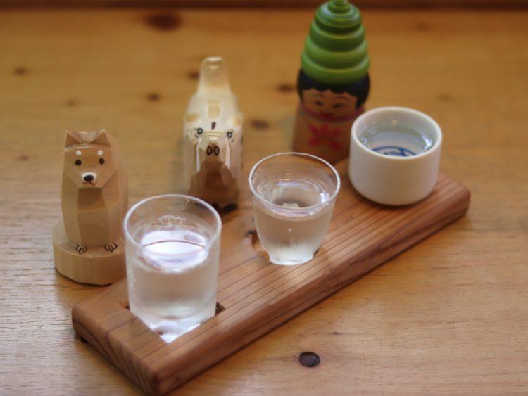 犬の酒器と3種類の日本酒利き酒