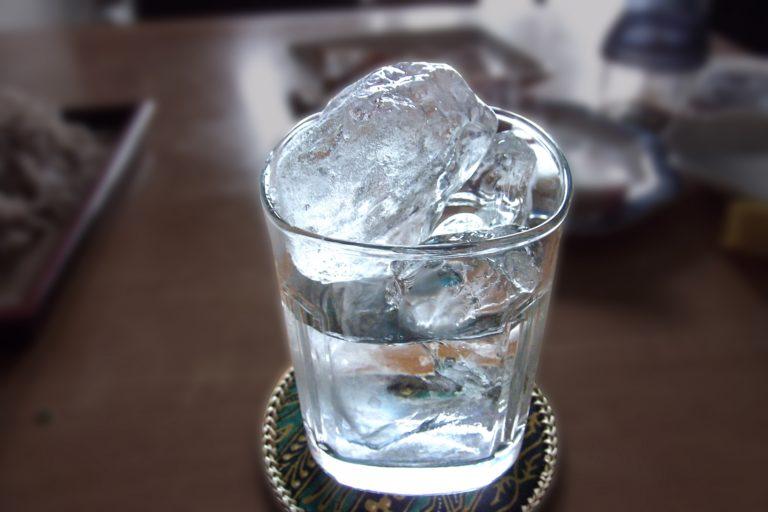 日本酒をロックで飲んでみよう!氷を入れるだけで夏気分♪