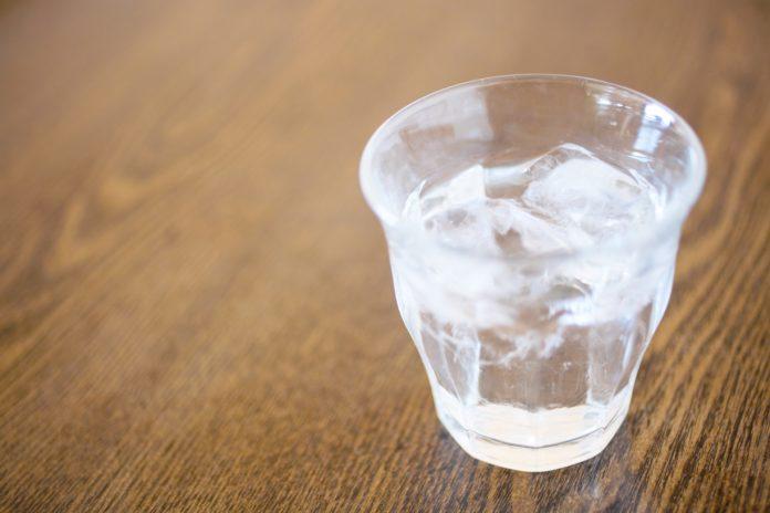 日本酒の水割りに氷が入っている