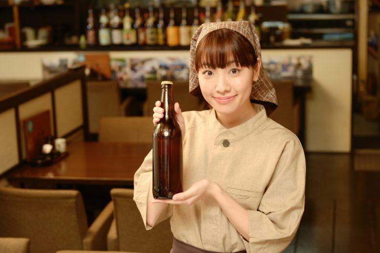日本酒を紹介している女性