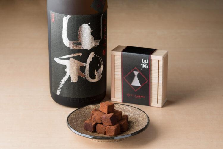 食事の邪魔をしない究極の食中酒。甘さを抑え、香りも僅か。端麗ですっきりとした味わいの山和の日本酒をビターチョコと合わせることで、爽やかなカカオの香りと心地よい苦みを引き立たせました。
